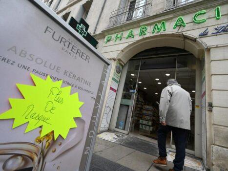Homme entrant dans une pharmacie